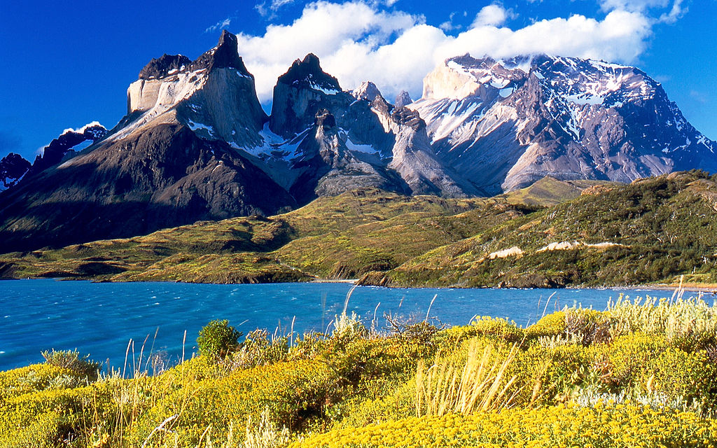 1024px-Cuernos_del_Paine_from_Lake_Pehoe-1.jpg